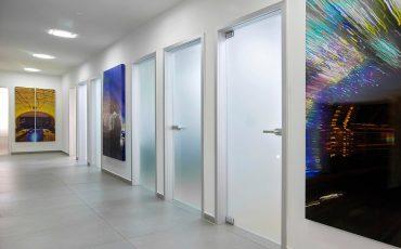 האם ראוי לשלב זכוכית בעיצוב דלתות פנים?