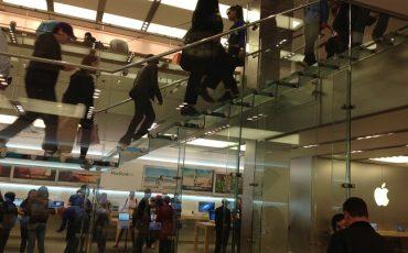 מעקה זכוכית במדרגות חנות
