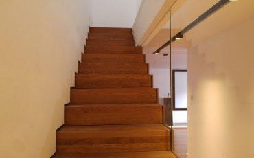 מעקה זכוכית בשילוב מדרגות עץ