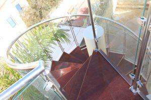 מעקה זכוכית למדרגות מעוגלות