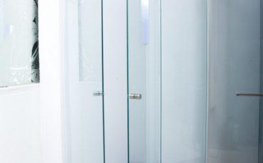 מקלחון זכוכית אמבטיה פינתית