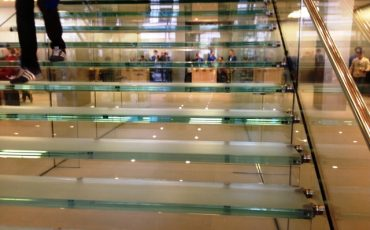 מדרגות רחבות לעסקים מזכוכית