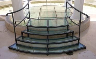 מדרגות בשילוב זכוכיות מעוגולות