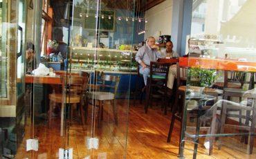 סגירת חזית בבית קפה