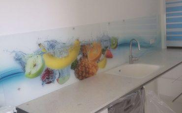 עיצוב המטבח בזכוכית בצבעים המודרניים