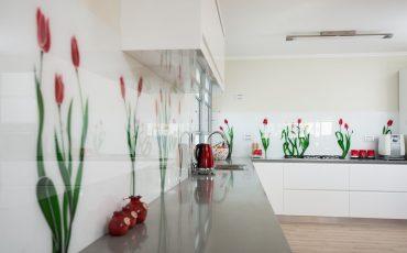 חיפי מטבח עם הדפסה צבעונית, חיפוי זכוכית למטבח, זכוכית צבעונית למטבח, זכוכית מודפסת למטבח