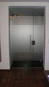 דלת כניסה למשרד מזכוכית