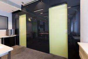דלת זכוכית למשרד