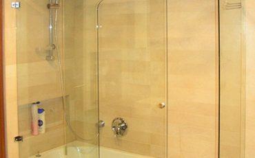 מקלחון-שכולו-מזכוכית-עם-דלת-הזזה-ומסילה-מזכוכית-בחיתוך-CNC