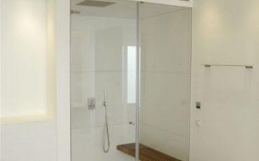 מקלחון עם דלת זכוכית כפולה