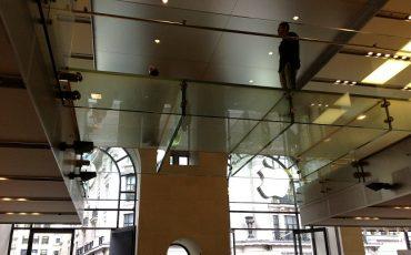 מעקה זכוכית בשילוב רצפת זכוכית כפולה