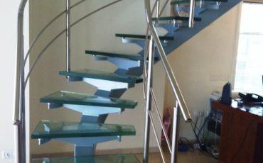 מדרגות בעיצוב נקי מזכוכית