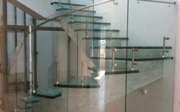 מעקה זכוכית בשילוב מדרגות