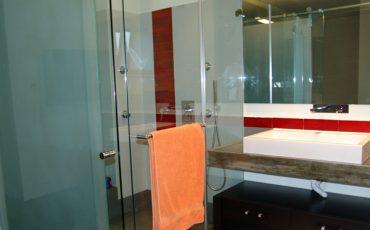 מקלחון ומראה מעוצבת לאמבטיה