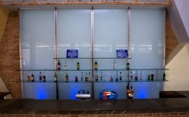 מחיצות זכוכית, חיפוי קיר בזכוכית, מדף זכוכית