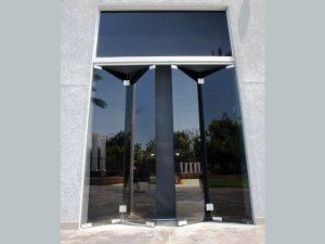 חזית מזכוכית בשילוב דלתות
