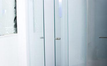 הבדל בין מקלחון חזית לבין מקלחון פינתי