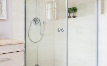 מקלחונים פינתיים מזכוכית