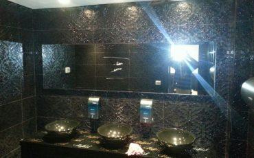 מראה מעוצבת ללחדר נוחיות במסעדת רפאל