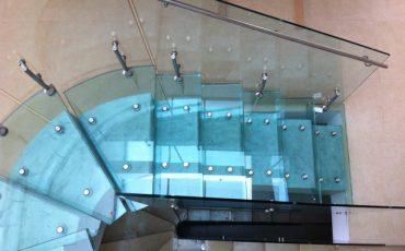 מדרגות מסתובבות מזכוכית