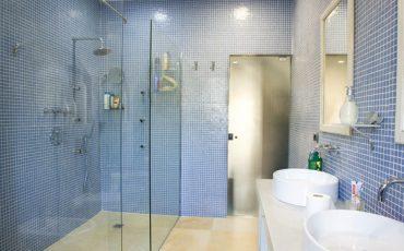 מקלחון זכוכית בחדר רחצה
