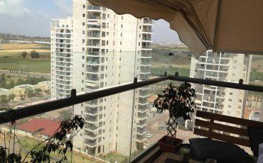 מעקה זכוכית מעוצב למרפסת בבניין רב קומות
