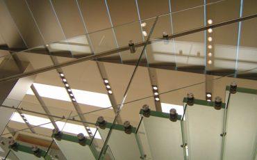 מדרגות יוקרתיות מזכוכית חלבי