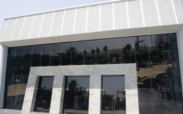 ויטרינה זכוכית, ויטרינות לאולמות וגני אירועים מזכוכית בשילוב דלתות, דלתות זכוכית