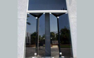 ויטרינה זכוכית, דלתות זכוכית, דלתות משלבות בויטרינות עשויה מזכוכית כהה