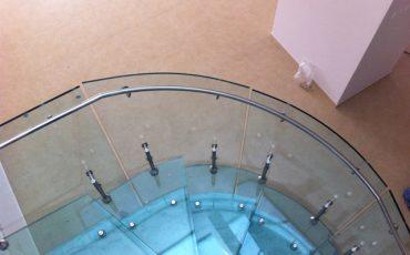 מדרגות זכוכית בשילוב מעקה ומחיצת זכוכית