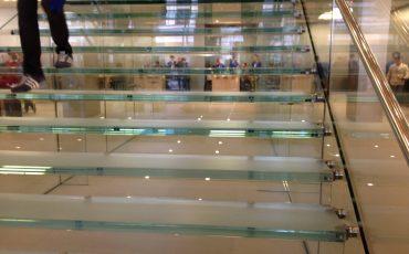 מדרגות זכוכית